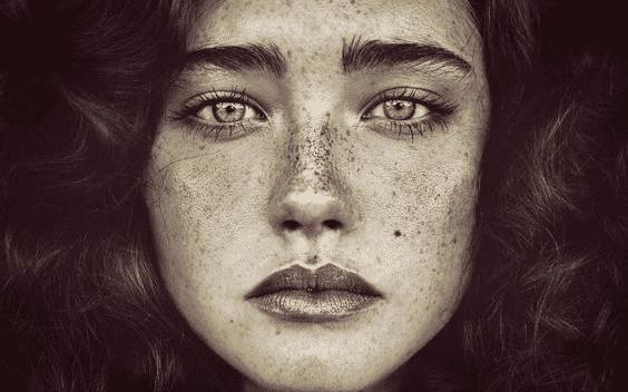 nærbillede af en fregnet kvinde