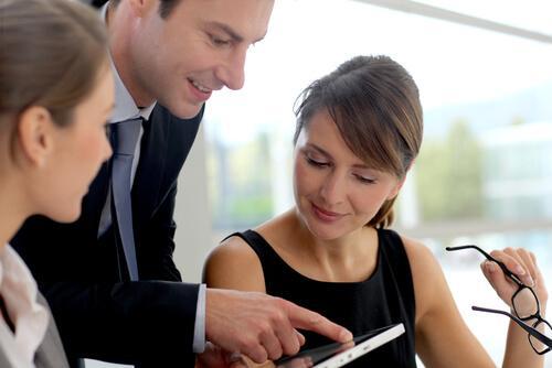 Personer diskuterer, hvordan man kan blive en god forhandler