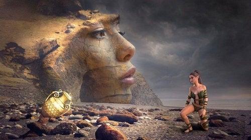 Græsk heltinde på en strand fyldt med skat