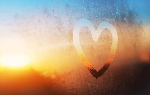 Et hjerte tegnet i dug på rude
