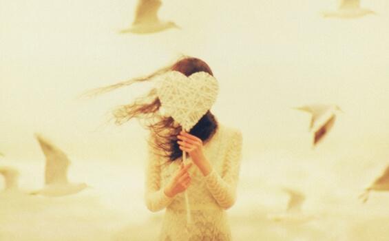 kvinde med hjerte foran ansigt