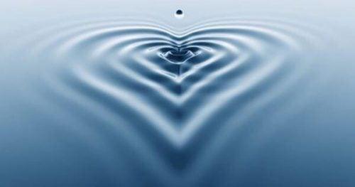 Dråber danner hjerte i vand