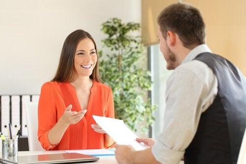 Kvinde til jobsamtale har arbejdet på at forbedre et CV