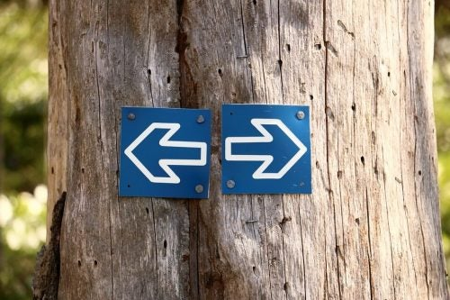Skilt med pile, der peger til højre og venstre