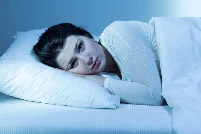 kvinde kan ikke falde i søvn