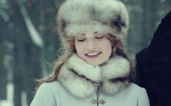 Kvinde i vintertøj smiler