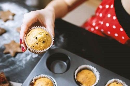 Kvinde, der laver muffins