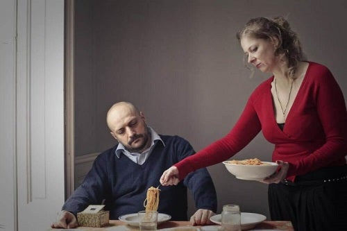Kvinde der serverer mad for en mand
