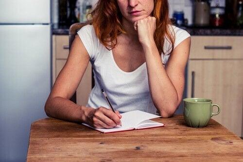 En kvinde der skriver en liste