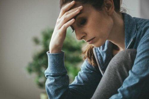 Kvinde oplever depression og tager sig til hoved