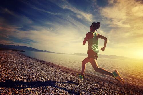 Endorfiner strømmer gennem kvindes krop, når hun løber på strand
