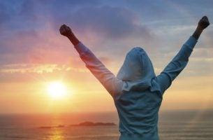 Person med hænder over hovedet har stor indre motivation