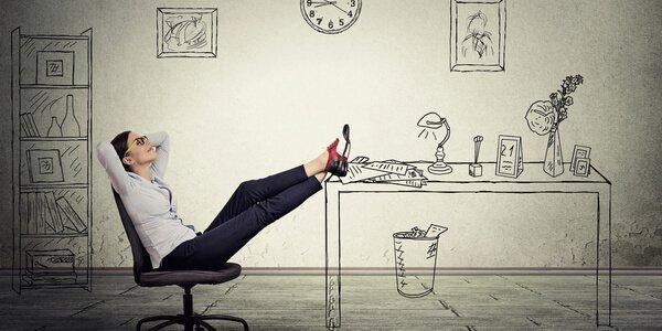 kvinde har fødderne på skrivebordet