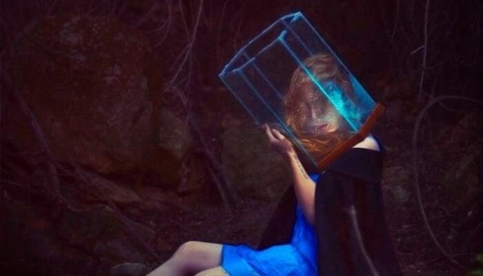 Kvinde med hoved i glasvase illustrerer sammenhængen mellem stress og personligt rum