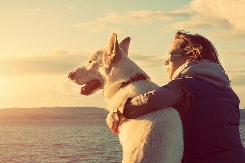 Kvinde med sin hund