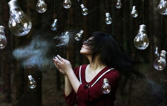 kvinde med lyspærer repræsenterer følelser