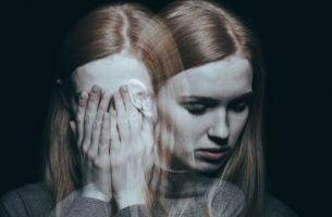 Kvinde med mange ansigter viser skizoaffektiv lidelse