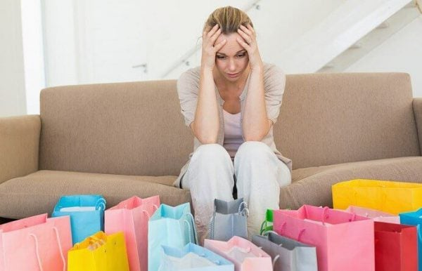 Kvinde har valgt at bruge shopping til at skjule tristhed