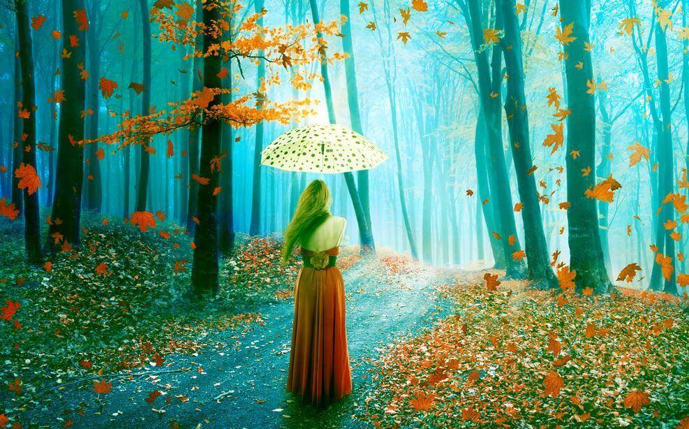 Kvinde i skov med paraply