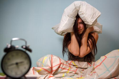 kvinde er frustreret over ikke at kunne sove