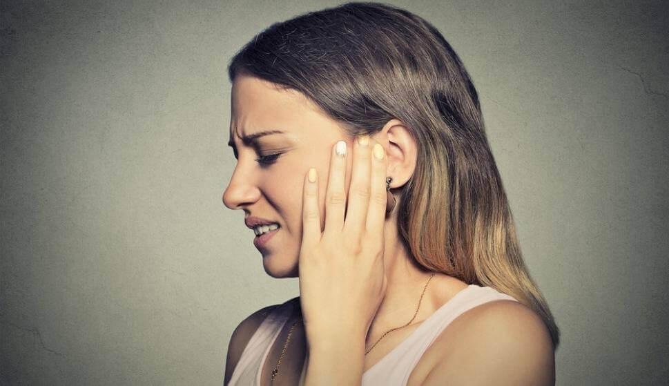 Kvinde, der tager sig til øre, lider af misofoni
