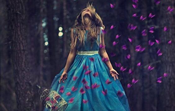 En kvinde med sommerfugle