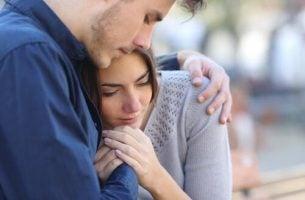 Kvinde bliver trøstet