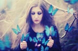 Kvinde med blå sommerfugle