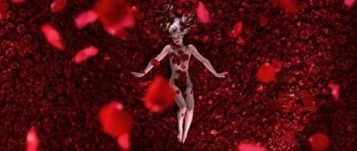 Kvinde omringet af roser i American Beauty