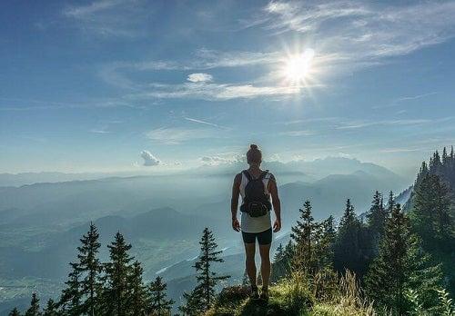 En kvinde på en bjergtop