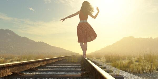 kvinde på jernbane