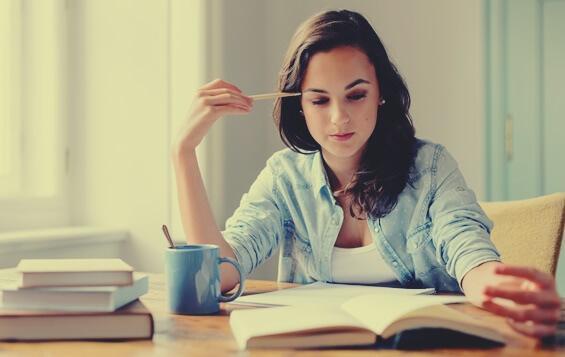 Kvinde med bog