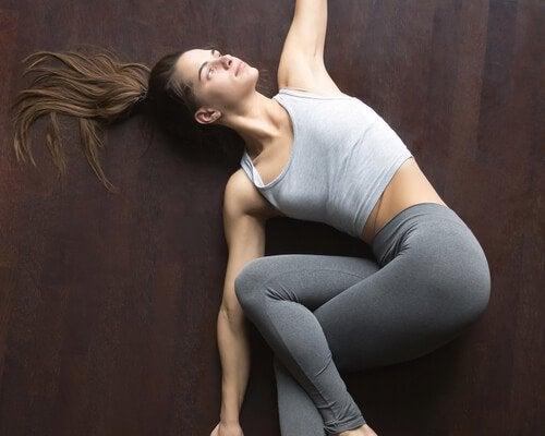 Kvinde udfører universalstræk øvelsen