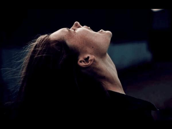 Kvinde skriger for at udtrykke følelsesmæssig smerte