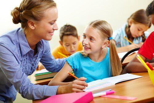 Lærer hjælper elev i inkluderende skolegang