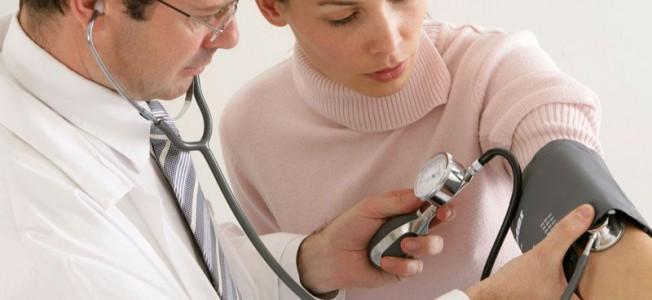 Kvinde får målt blodtrykket