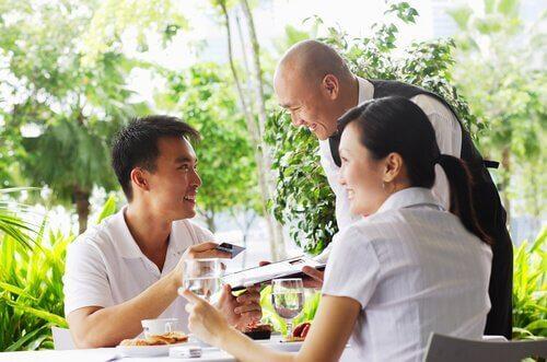 Mand der betaler på en restaurant