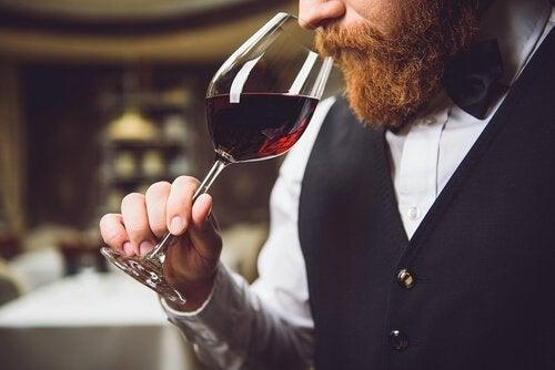 Mand med hyperosmi dufter til et glas rødvin