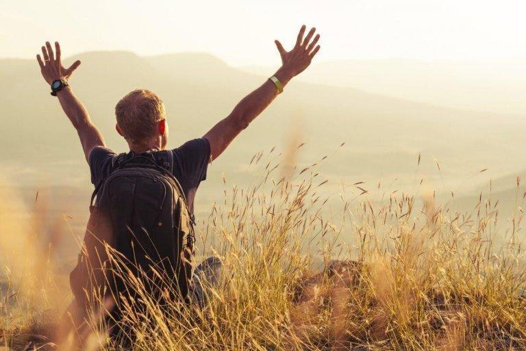 en mand udtrykker sin glæde over citater fra psykologi med arme over hoved