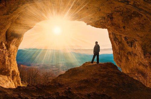 Mand står i en grotte