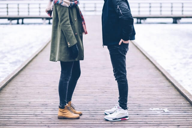 Et par med frygt for at slå op står sammen på bro