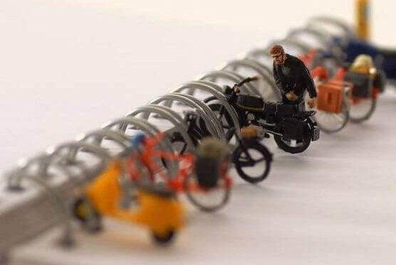 Små legetøjs motorcykler på stativ
