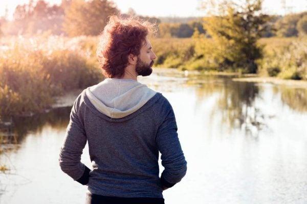 Mand foran sø