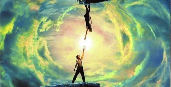 Teori om parallelunivers illustreres af to personer, der rækker ud mod hinanden