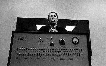 Milgram ville undersøge, hvorfor mennesker nogle gange oplever blind lydighed