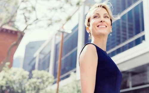 Glad kvinde, som ikke oplever nogen midtvejskrise