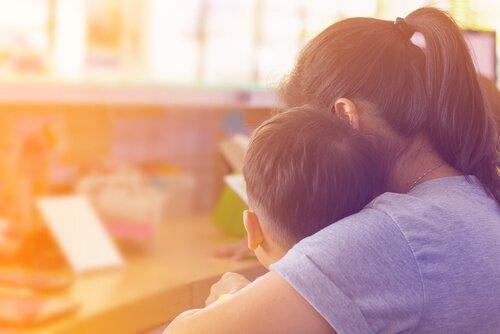 En mor forklarer noget til søn med autisme