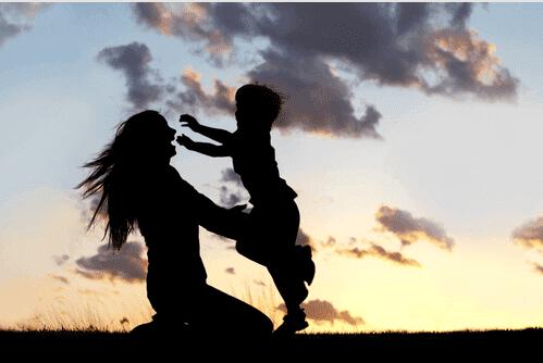 En mor krammer barn