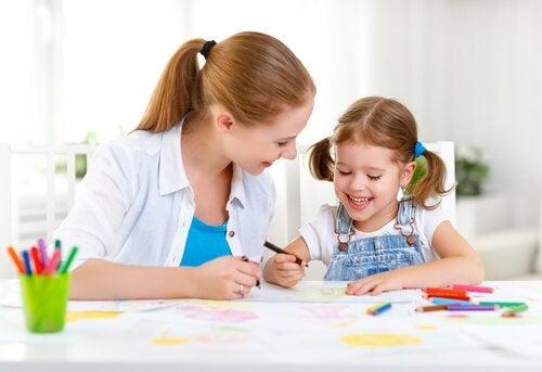 mor og barn tegner som del af sjov indlæring