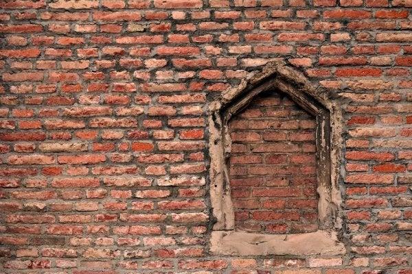 murstensvæg med tilmuret vindue